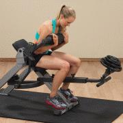 Siddende mavemaskine med vægtskiver