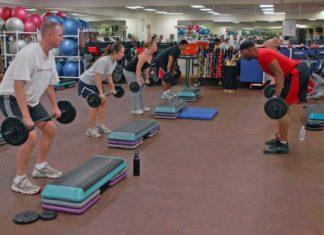 Personlig træner som underviser i at løfte vægte