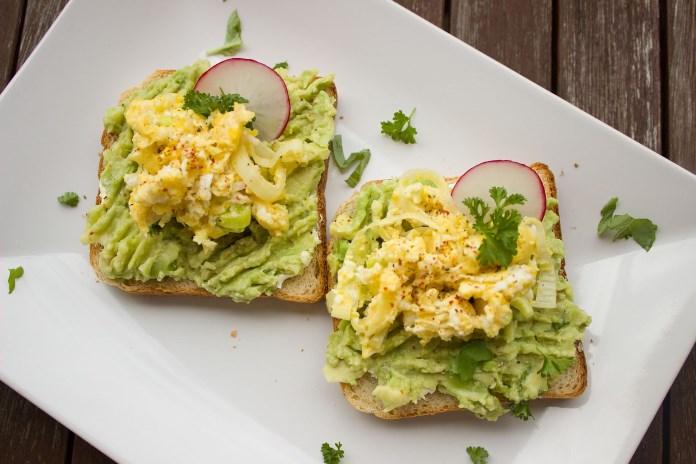 Morgenmad - toast, avocado og æg
