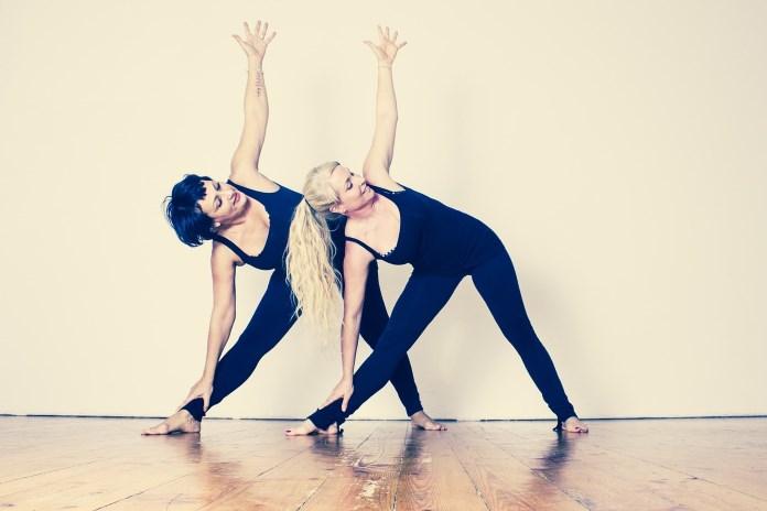 To kvinder dyrker Yoga